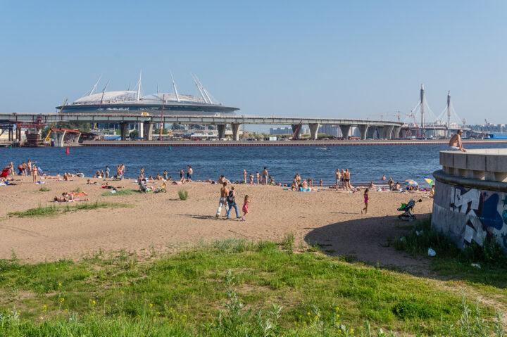 Krestovski-stadion eli Pietarin jalkapallostadion Pietarin 300-vuotispuistosta katsottuna