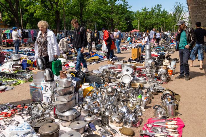 Pietarin Udelnajan kirpputorin myytäviä tuotteita