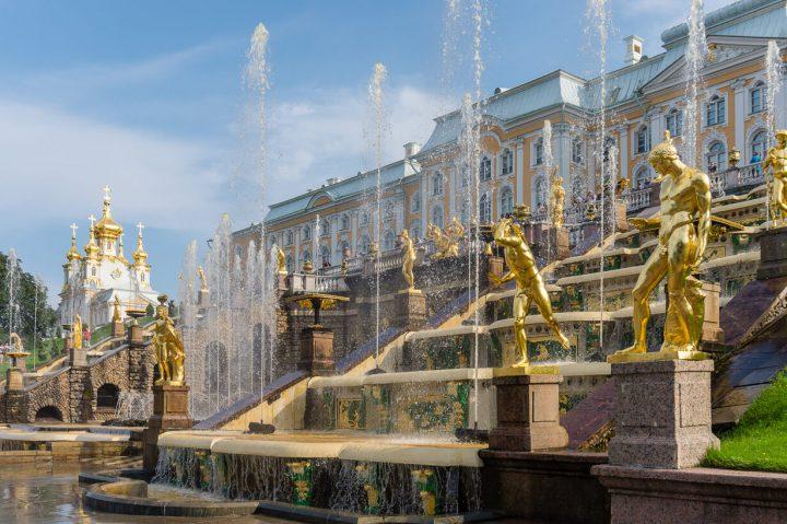 Pietarhovin alapuiston upeat suihkulähteet