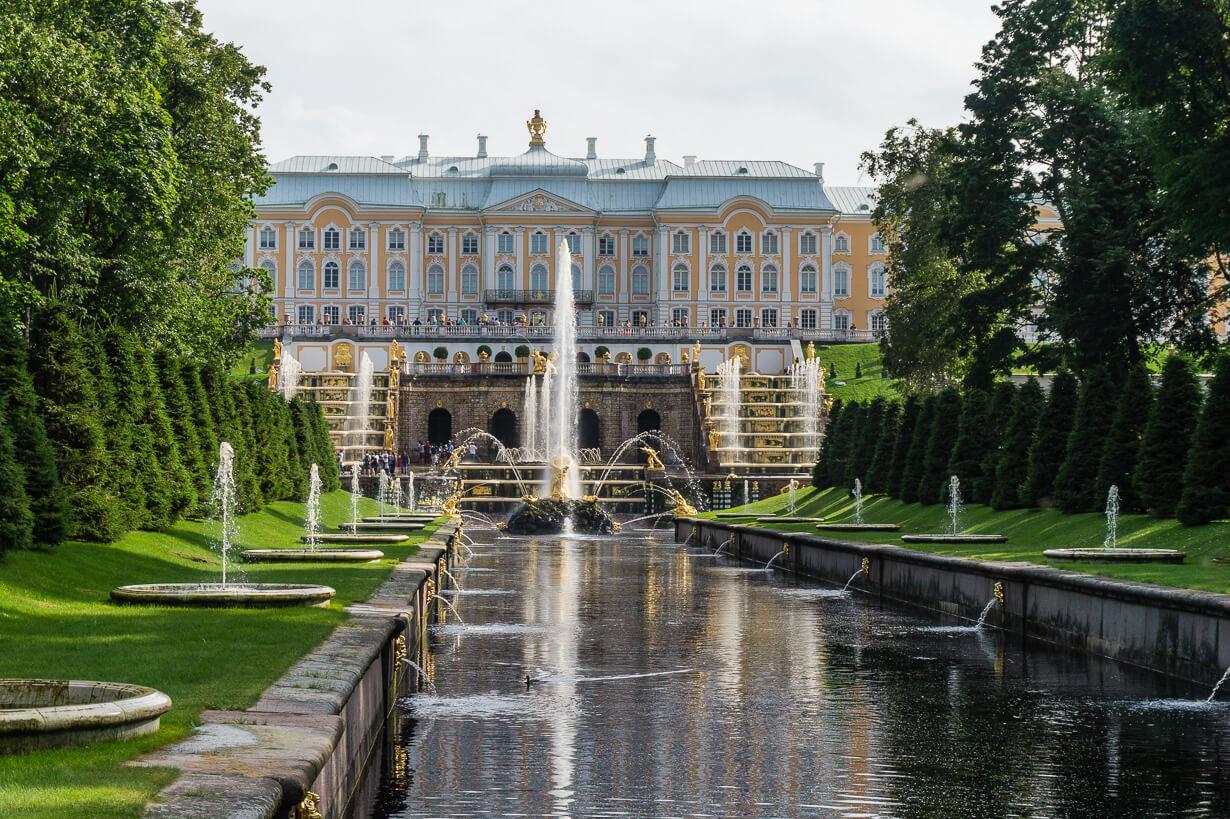 Pietarhovi: alapuiston suihkulähteet ja palatsi