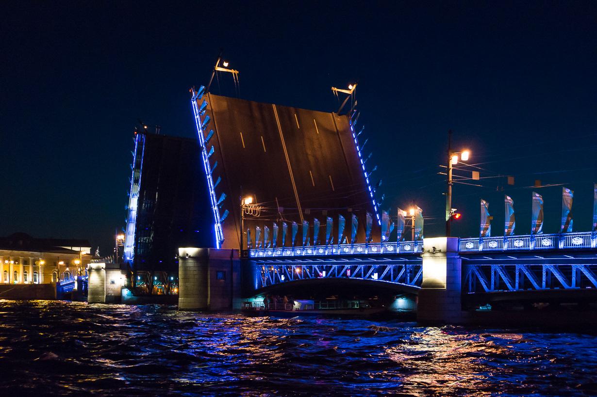 Pietarin siltojen nousu öisin