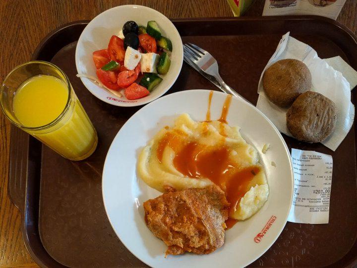 Ateria pietarilaisessa ruokalassa